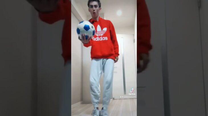 ちょっとだけサッカーボールと友達になりすぎた外国人。#Shorts
